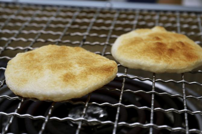 焼いている煎餅のイメージ