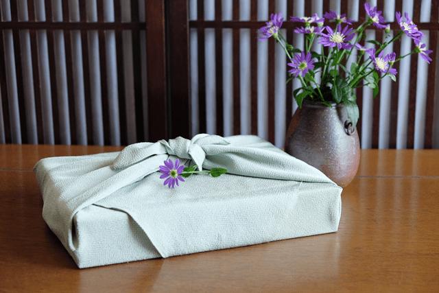 風呂敷包みと花