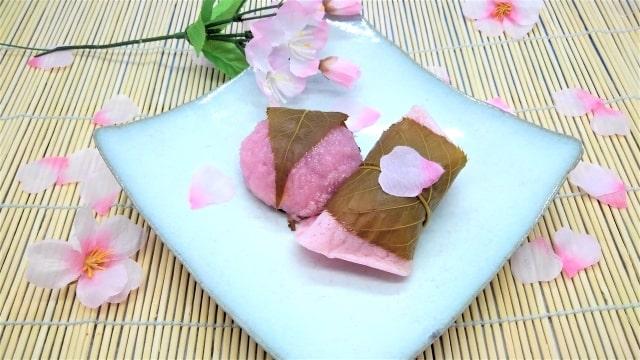 桜餅と桜の花びら