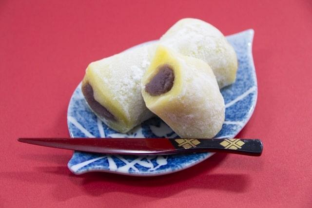 小皿に乗った柚子餅
