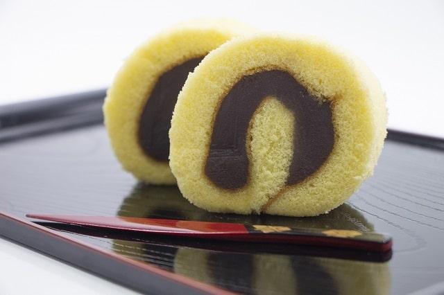 餡を巻いたロールケーキ状の和菓子