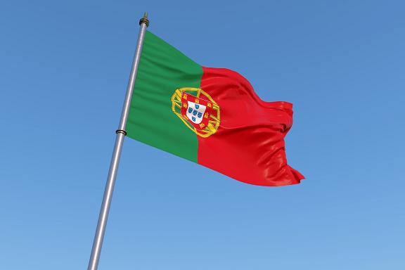 ポルトガルの国旗と青い空